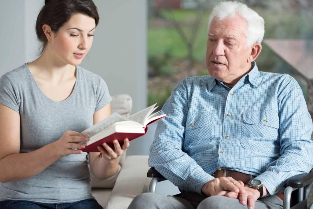 Enkelin liest Senior vor